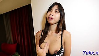 Stupefying asian minx cums from fang licking