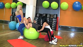 Flexible sporty and horny gals with nice butts have FFM session and suck a dick