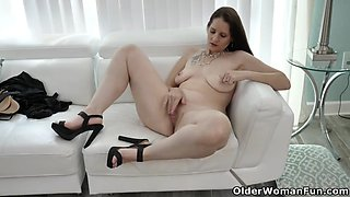 American milf christina gives her pussy a workout