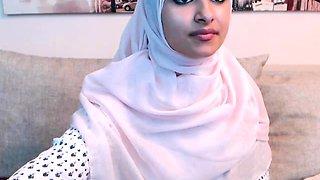 Amateur beautiful big ass arab teen camgirl posing on webcam